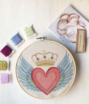 Mini Kit para bordar Sagrado Corazón Alas con Corona
