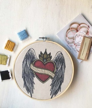 Mini Kit para bordar Sagrado Corazón Alas y Ornamento
