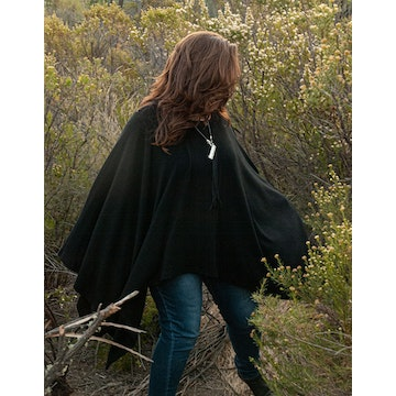 Vuelo sin mangas, poncho color negro
